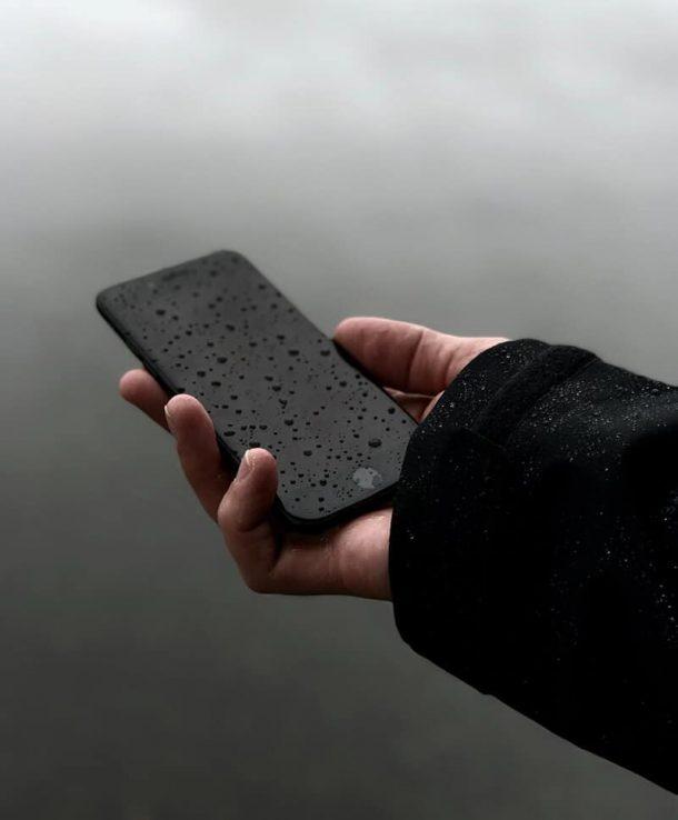 Czarny telefon w ręce